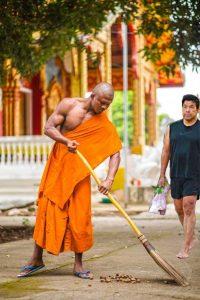 Buakaw con su túnica de monje cuando estuvo haciendo méritos