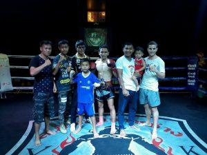Lang y los compañeros en el ring después de defender con éxito su título de campeón de Chiang Mai