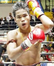 imagen de muangthai con algunas de las cadenas de oro con las que le premia su jefe