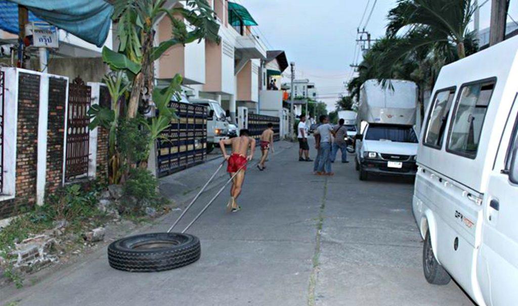 peleadores haciendo entrenamiento con sprints en la calle