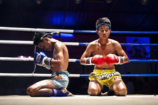 Dos luchadores en el ring realizando movimientos del wai kru