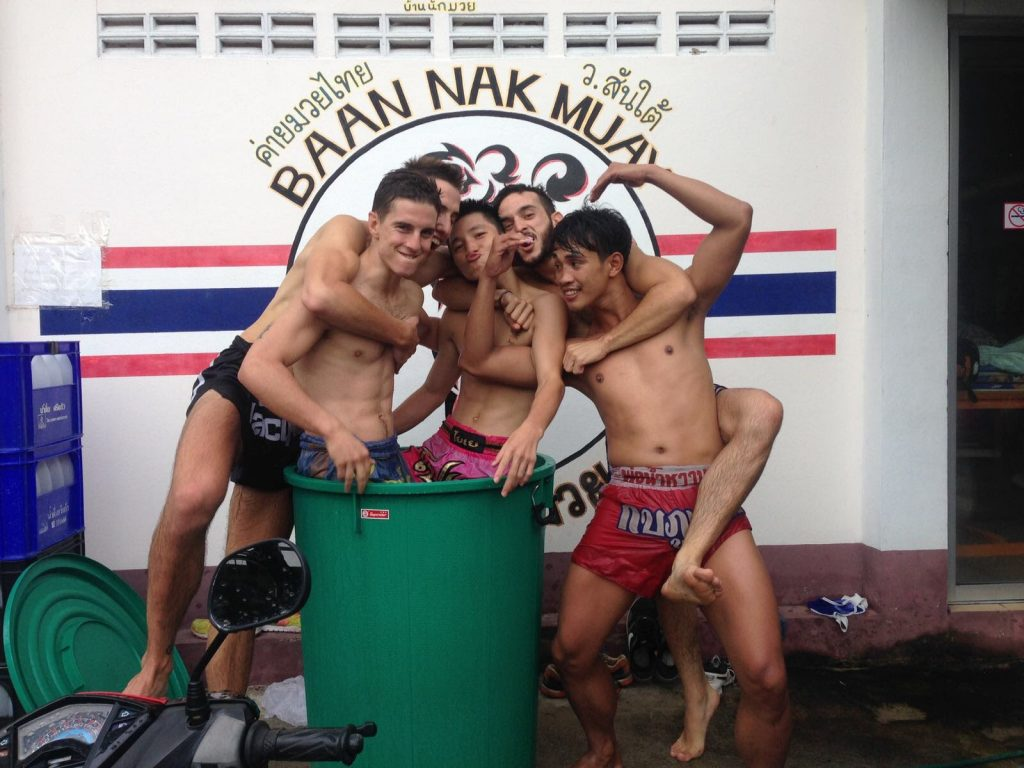 Disfrutando con los compañeros mientras las piernas se relajan en agua helada