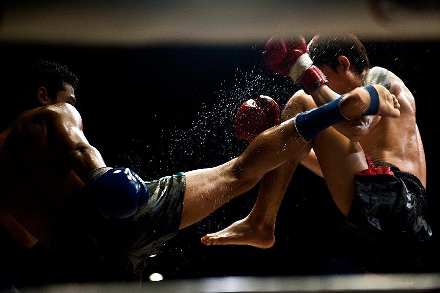 Bloqueo de pateo medio de un luchador a otro