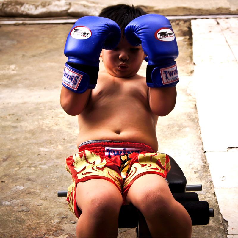 niño entrenando encogimientos abdominales