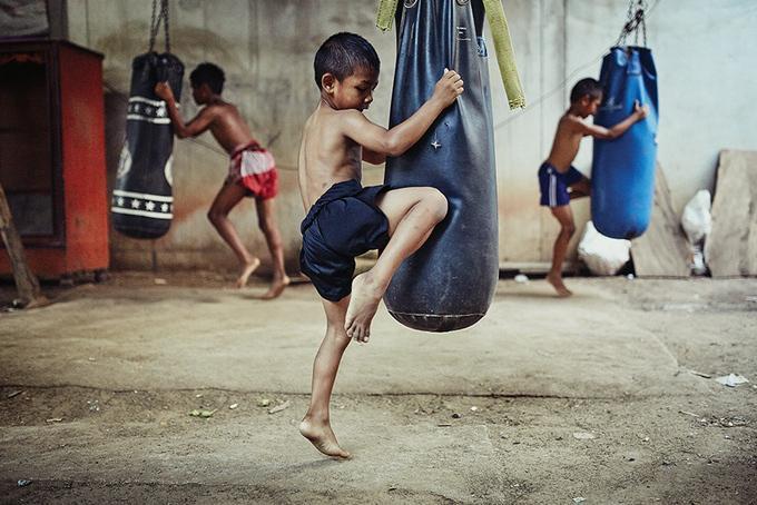 niños golpeando al saco en un lugar descuidado