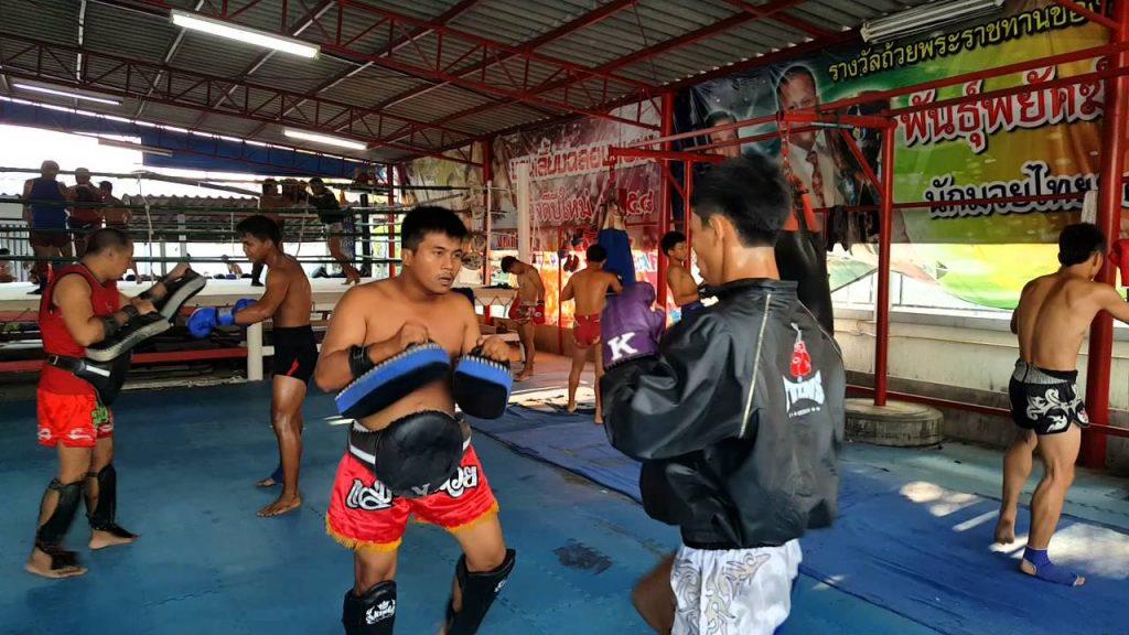 Sesión de entrenamiento en el gimnasio Jitmuangnon de Bangkok.