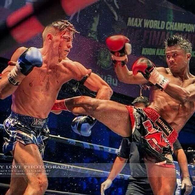 Buakaw pateando a su rival