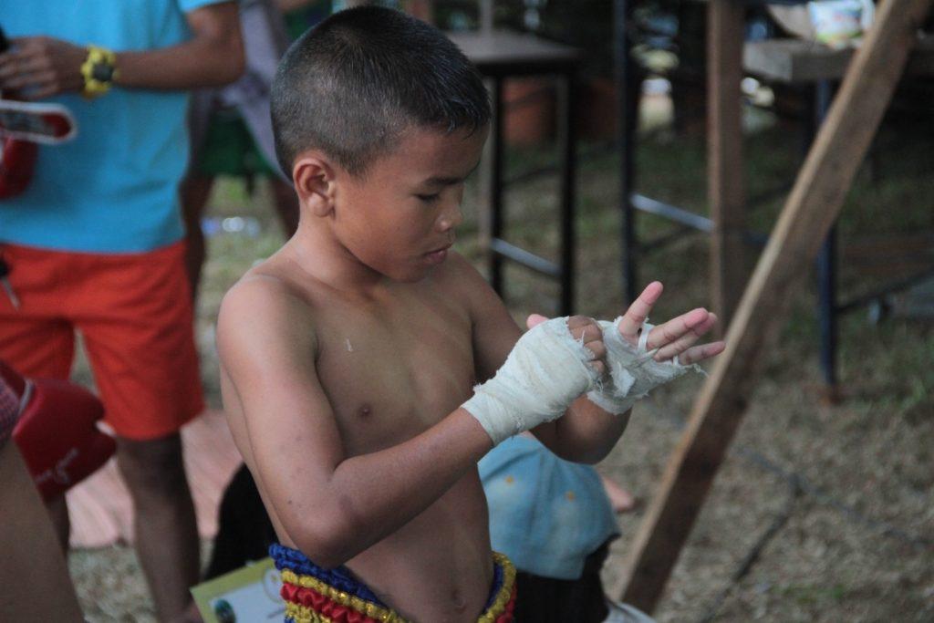 Niño O preparando las vendas para pelear en uno de los festivales del norte.