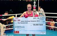 Sawsing con un cheque de 50.000 baths después de ganar un torneo