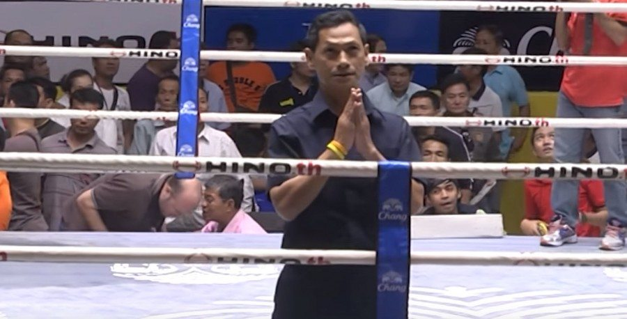 Arbitro saludando encima del Ring, conocen perfectamente la puntuación.