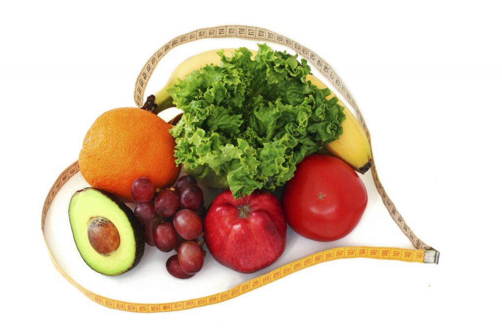 Verduras y frutas formando un corazón ayudarán a nuestro peso