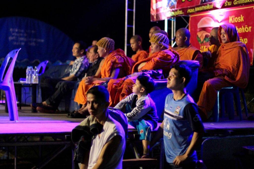monjes sentados en una tribuna vip, suelen tener sitio preferente en los festivales.