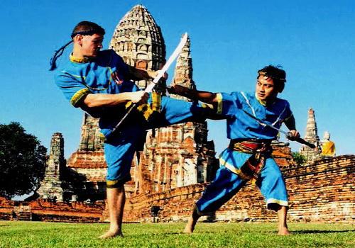 Luchadores utilizando armas en un enfrentamiento