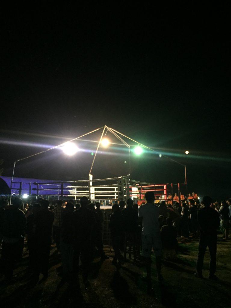El ring por la noche con la gente alrededor es ambiente típico de los festivales