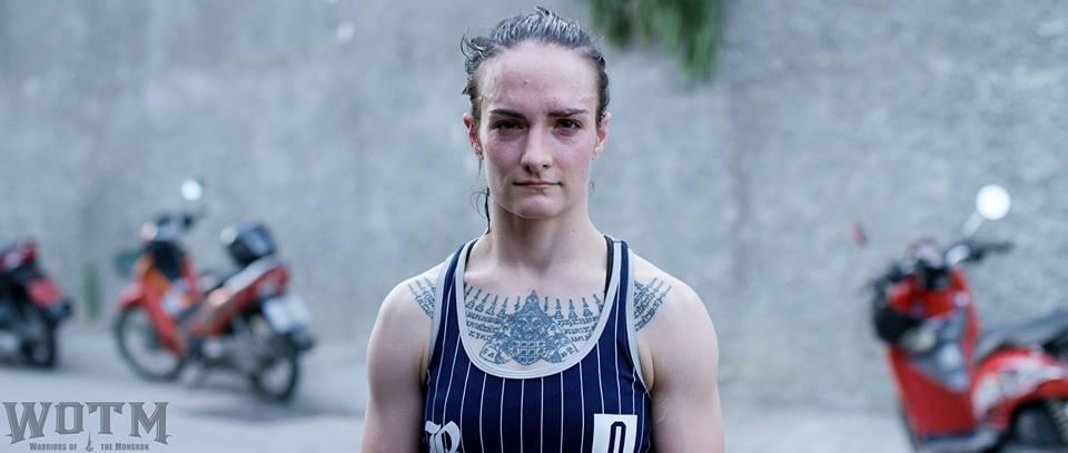 Sylvie, autora de la web, posando con su tatuaje Yant en el pecho