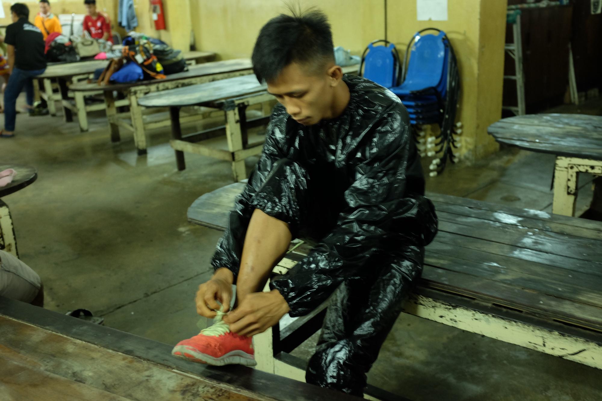 Luchador preparandose para ir a bajar peso con un traje sauna