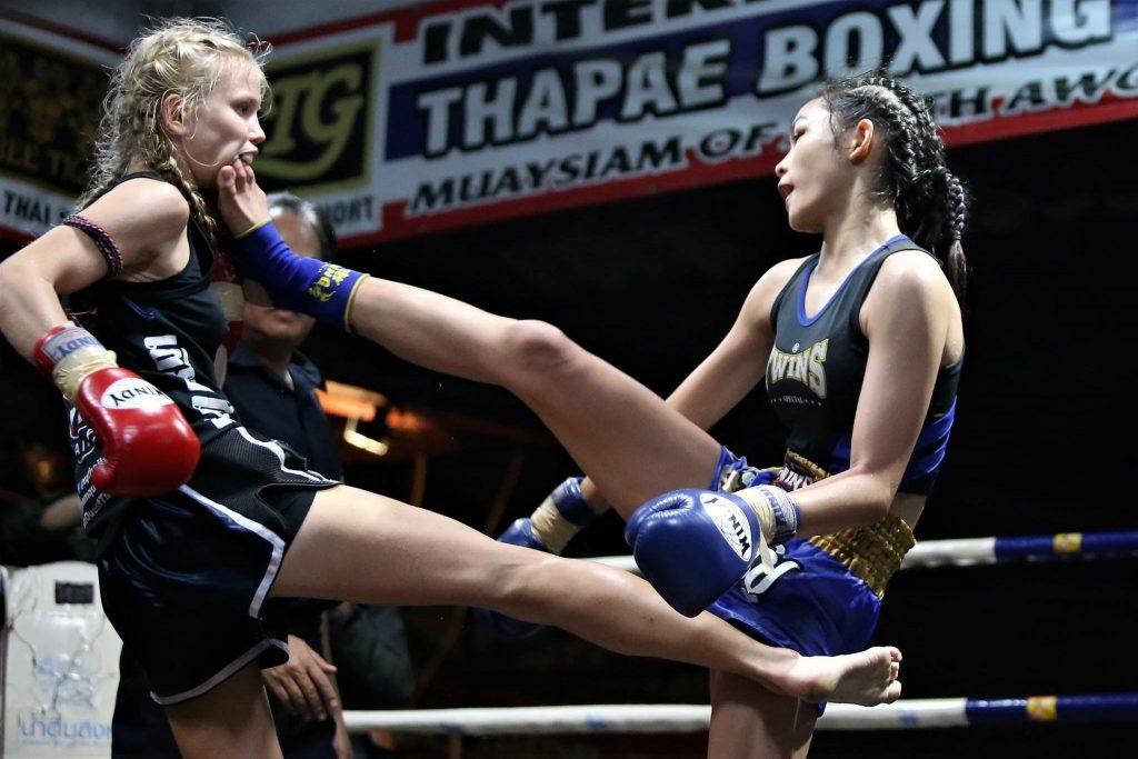 Patada frontal en una pelea entre mujeres boxeadoras