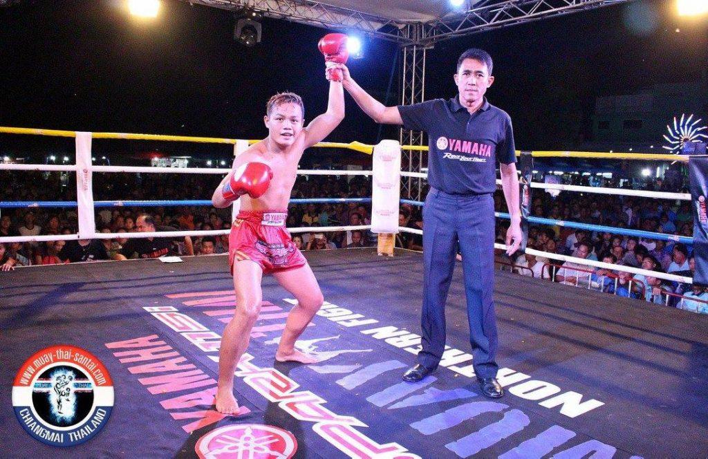 El árbitro señalando al peleador del santai gym como vencedor del torneo Yamaha