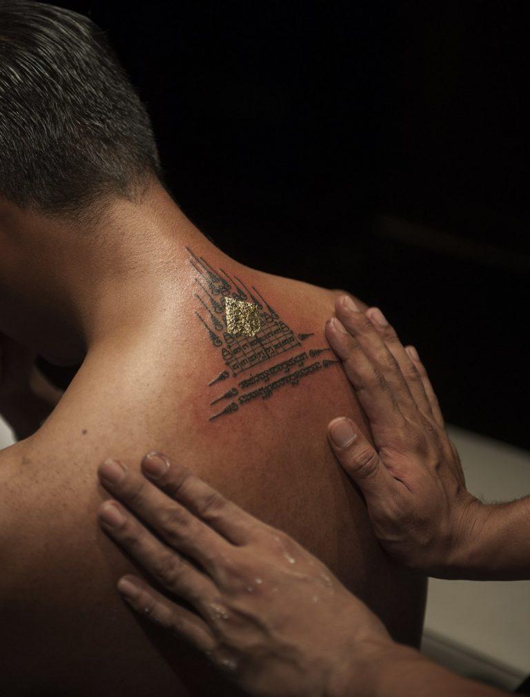 Maestro de los tatuajes bendiciendo su última obra