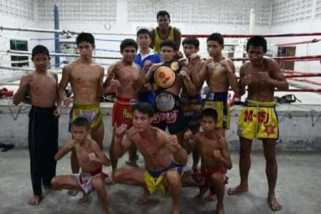 Peleadores del gimnasio profesional Pinsinchai en Bangkok