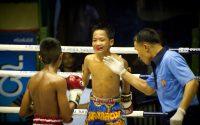 Niños antes de empezar un asalto con el arbitro