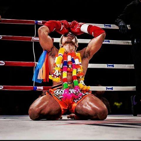 Luchador haciendo el wai kru previo a su pelea