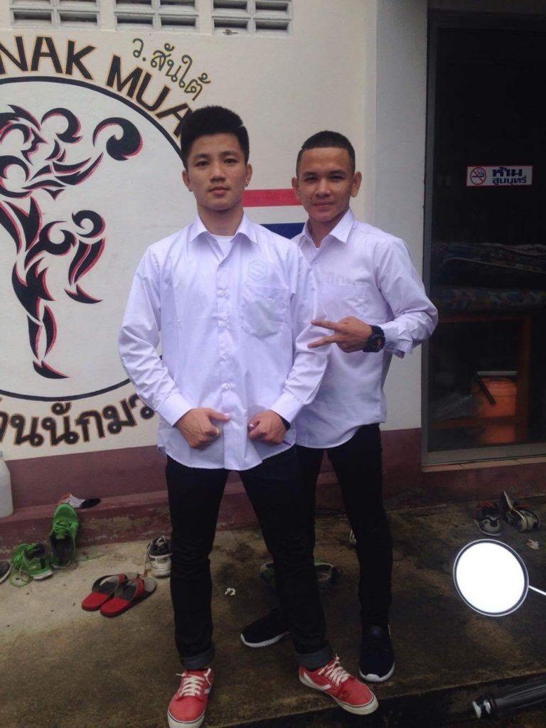 Dos estudiantes después de entrenar listos para ir al colegio