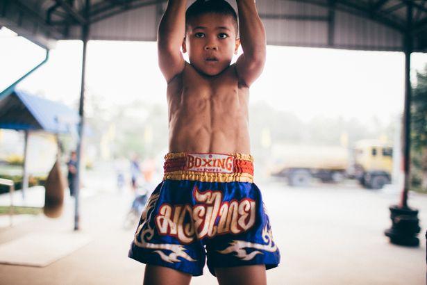 Niño tailandes haciendo dominadas
