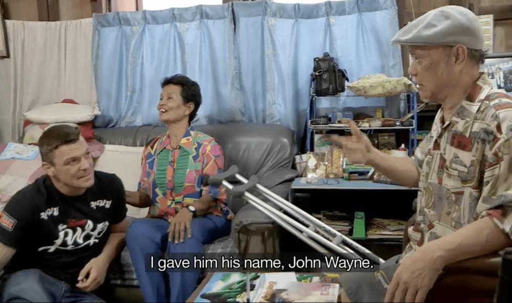 John Wayne junto a su entrenador y su mujer en Tailandia