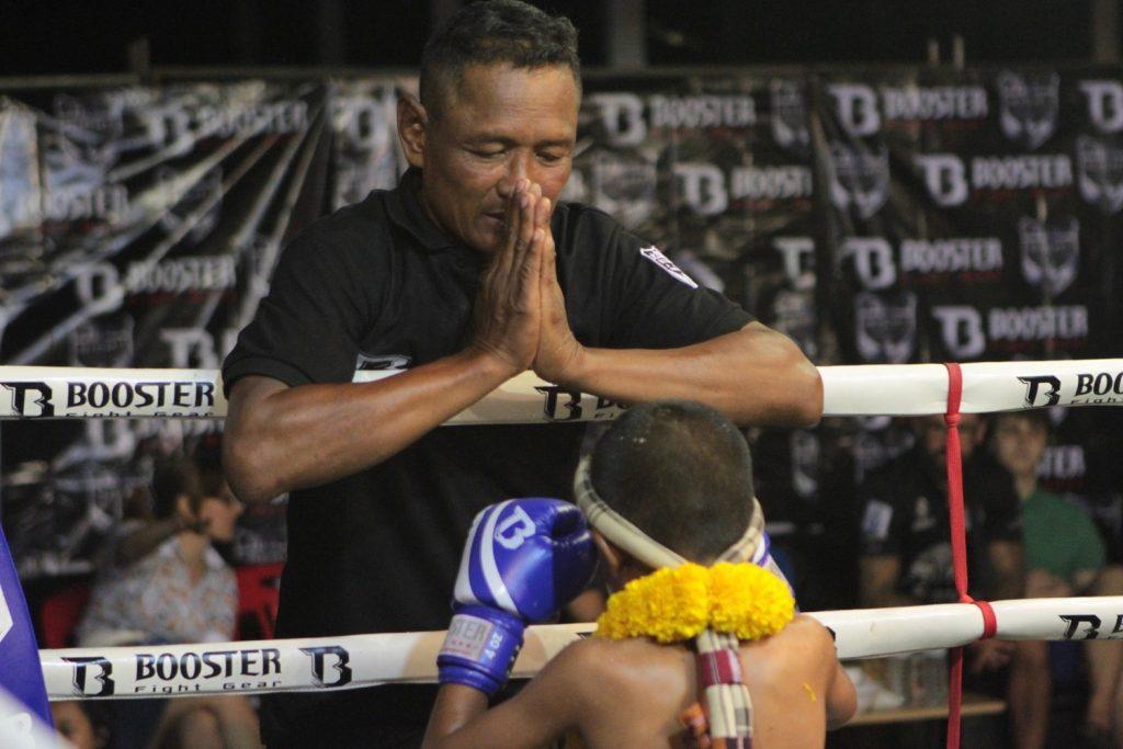 Maestro retirando el mongkon a su jóven alumno