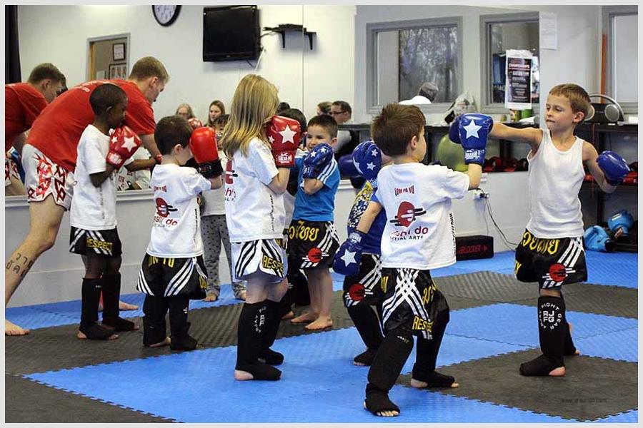 Grupo de niños entrenando técnica