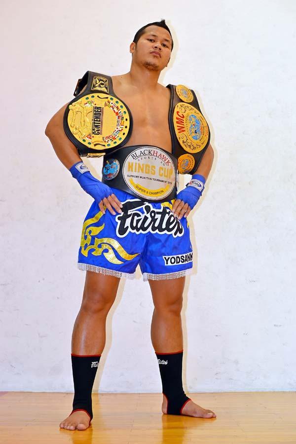 Yodsanklai Fairtex con sus cinturones de campeon