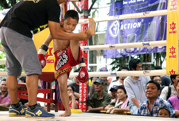 Niño estirando pierna previo al combate