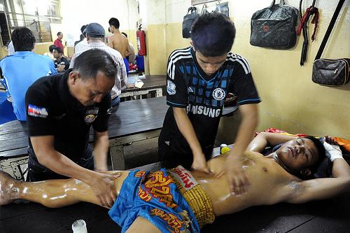 Luchador recibiendo un masaje previo a su combate