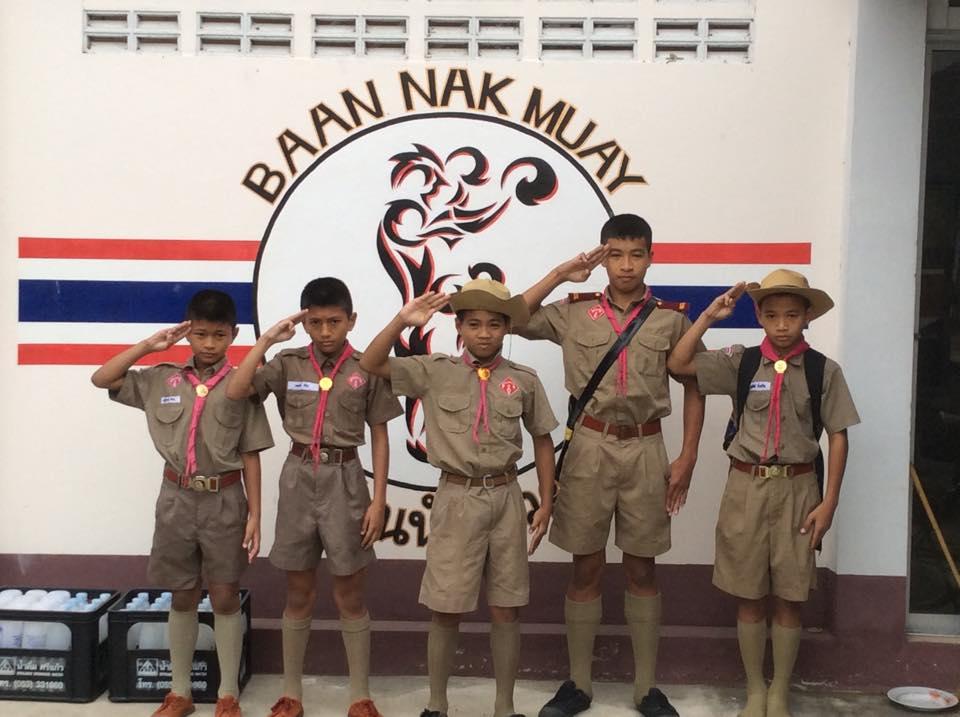 Niños del gimnasio con su uniforme escolar