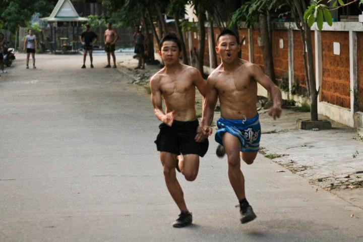 luchadores haciendo sprints