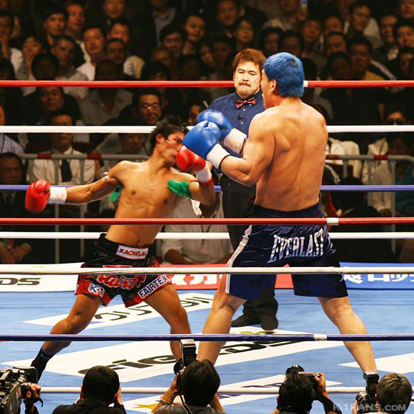 Kaoklai luchando contra un boxeador mucho más grande.
