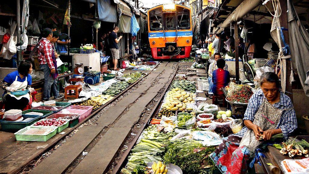 Mercado de comida Thai al lado del tren.