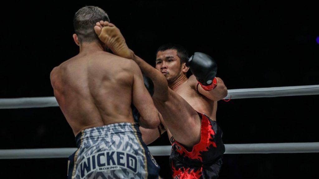 Nong O patada al cuello Fabio Pinca en las cuerdas del ring
