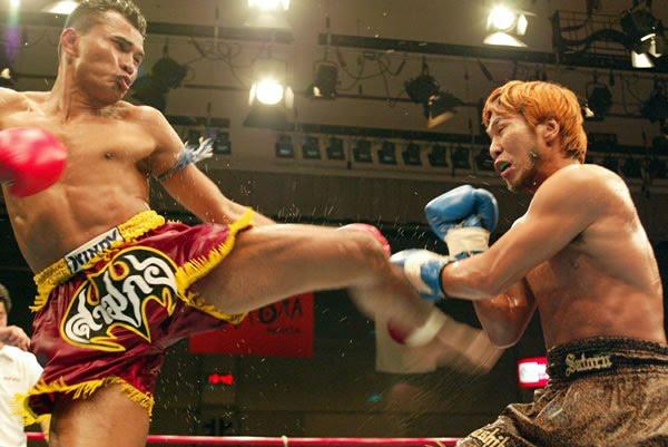 Samkor, clásico del Muay Thai, pateando.