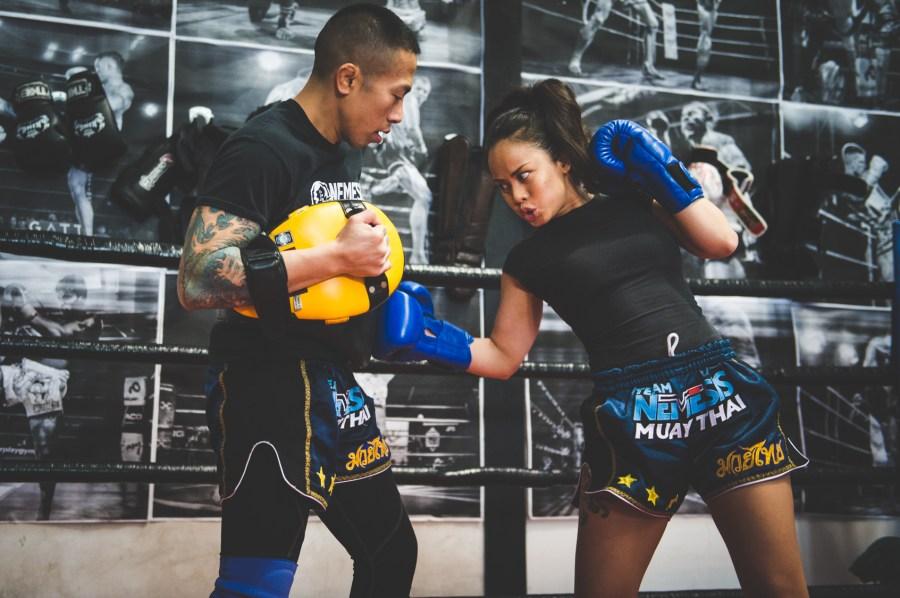 Entrenamiento fitness de muay thai